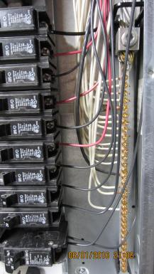 The grounding bar from the nuetral bus to the box and breakers are correctly wired in this inspection of a newer 200 amp service.